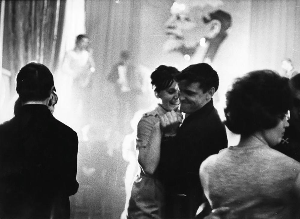 """""""Тако дуго сам живела да је срце отупело / али је преживело битку против животних незгода, / и поново је у њему потпуно свежа нечија власт и милост. / Оно двоје испод Месеца – зар смо то заиста ти и ја?"""" (Бела Ахмадулина """"Ни речи о љубави! Али, ни ја о њој ни речи..."""") /Празнична ноћ, 1965."""