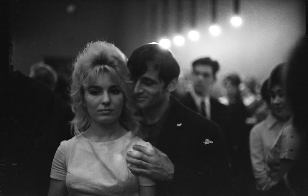 """""""Посетиће и вас љубав. / Али ако сте са висине / Навикли да збијате шалу са њом, / Онда значи да на земљи / Још нисте живели, / И мени вас је искрено жао"""". (Роберт Рождественски """"Посетиће и вас љубав"""")/Удвоје, 1965."""