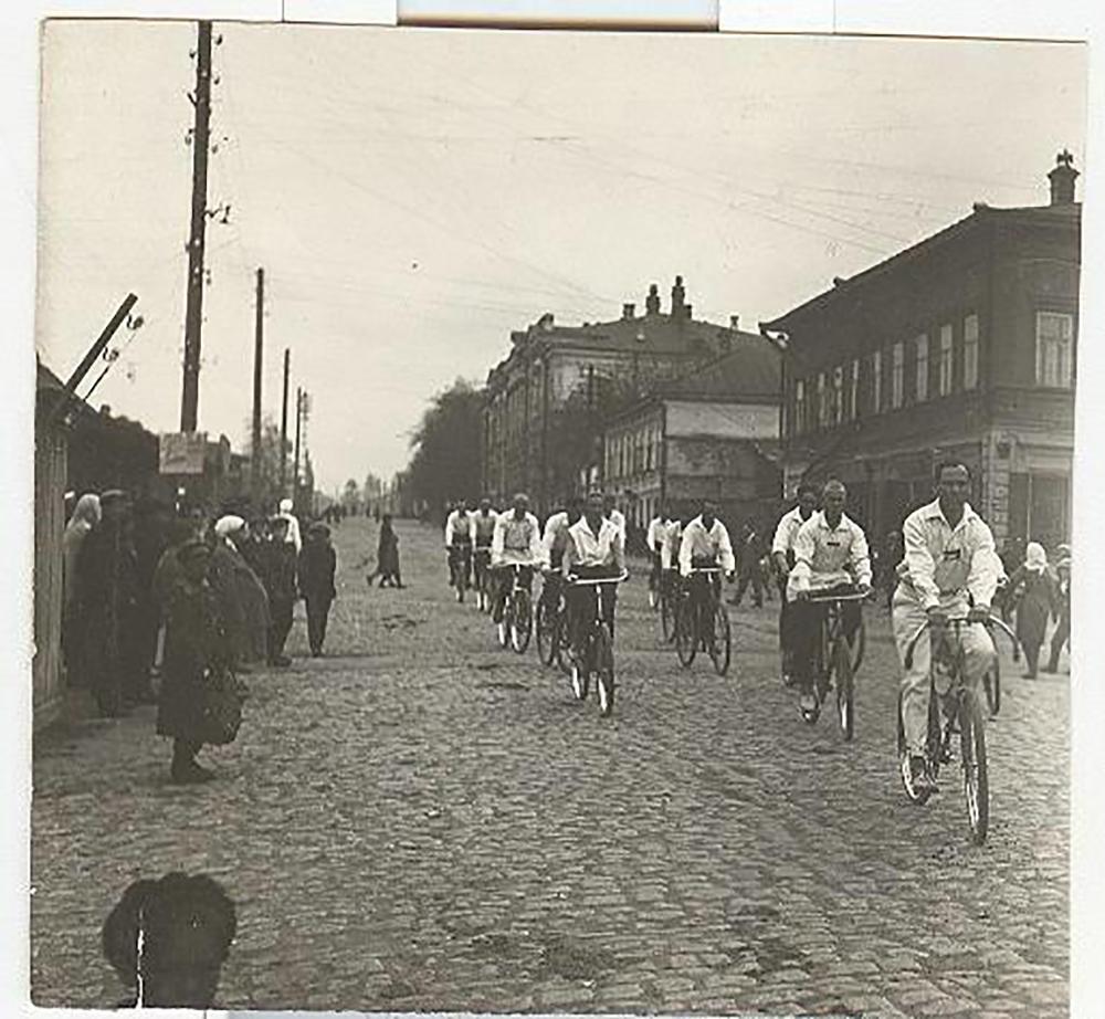 Da Lev Tolstoj agli zar, nel corso dei secoli i russi hanno sempre dimostrato un certo debole per le biciclette / Giornata di festa, anni Trenta del Novecento