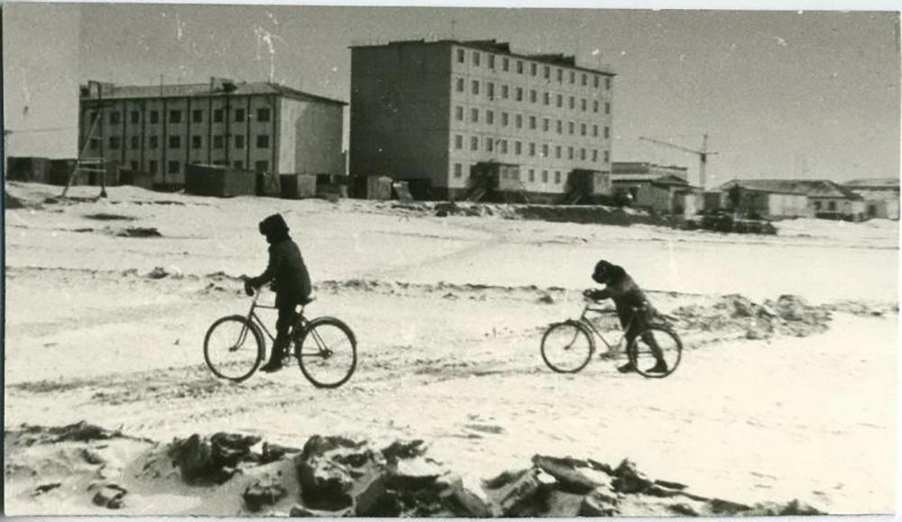 Nonostante a Mosca le biciclette possano essere utilizzate solo per pochi mesi all'anno, il servizio di bike sharing ha riscosso un enorme successo / Ragazzi per le strade della Chukotka, 1986