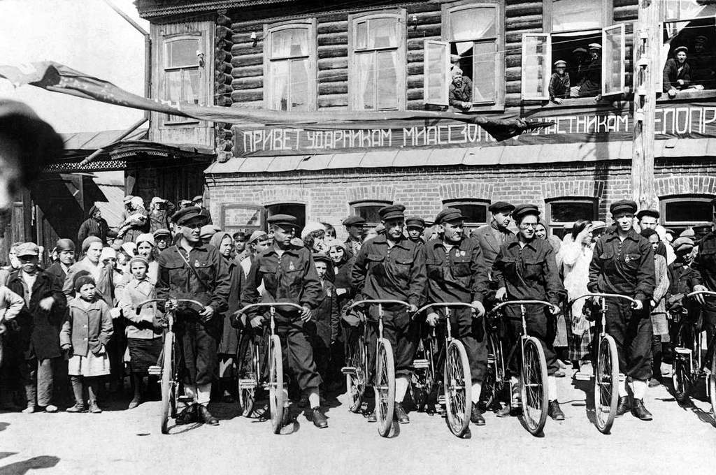Il figlio più grande dell'imperatore Nicola I, il futuro zar Alessandro II, fu il primo monarca russo ad andare sulle due ruote, dopo aver ricevuto la sua prima bicicletta nel 1867 a Parigi / Parata di biciclette dalla città di Miass a Mosca, anni Trenta del Novecento