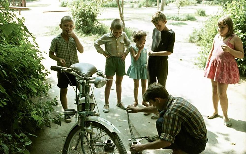 Anche l'imperatore Alessandro III possedeva una bicicletta, ma a causa della sua statura imponente e della sua corporatura massiccia non si appassionò mai oltremisura a questo tipo di sport, predilegendo quindi altre attività, come la pesca / Meccanico di biciclette, Volzhskij, 1966