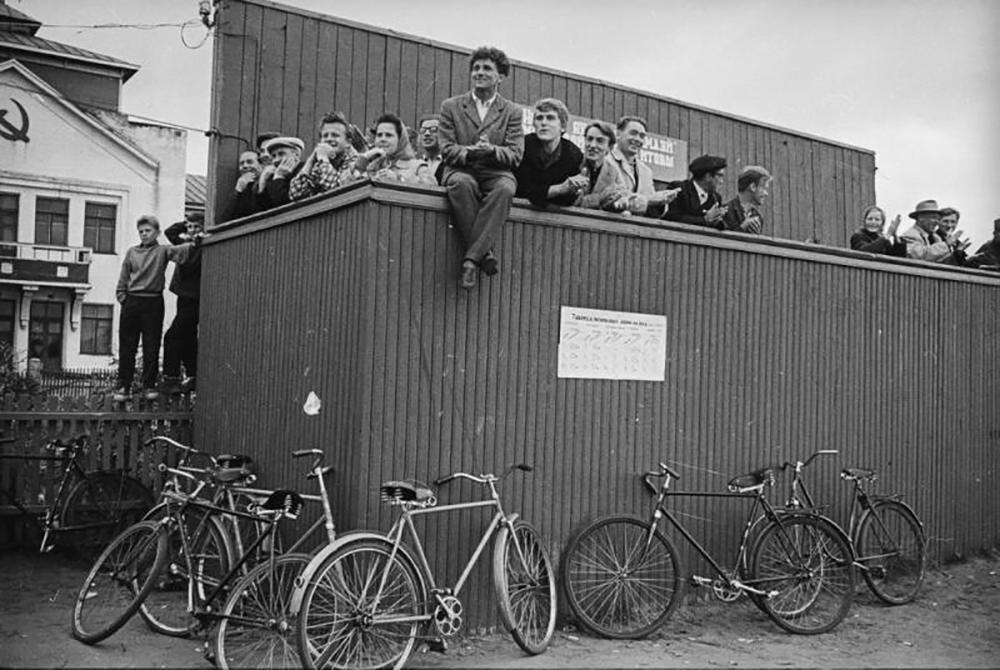 Al giorno d'oggi in città come Mosca e San Pietroburgo si sta incentivando un maggior utilizzo delle biciclette / Giornata di festa negli anni Sessanta del Novecento