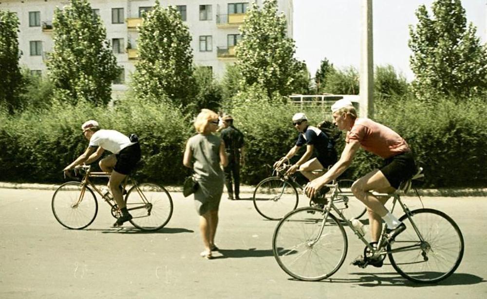 E così negli ultimi anni nel centro di Mosca sono apparse le prime piste ciclabili: un primo e importante segnale di come la capitale si stia avvicinando a un utilizzo sempre più diffuso e consapevole di questo sistema di trasporto green / Ciclisti, 1966