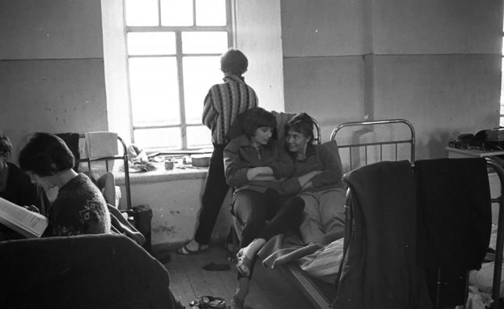 E dal 1941 al 1945 lavorò come fotografo di guerra / Ragazze in una stanza dello studentato universitario, Oblast di Arkhangelsk, anni Sessanta del Novecento