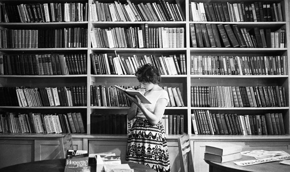 Questa fotogallery raccoglie una serie di immagini, scattate in diverse epoche, che ritraggono le donne sovietiche in diversi momenti di vita quotidiana / In una biblioteca di Tiraspol, oggi Moldavia