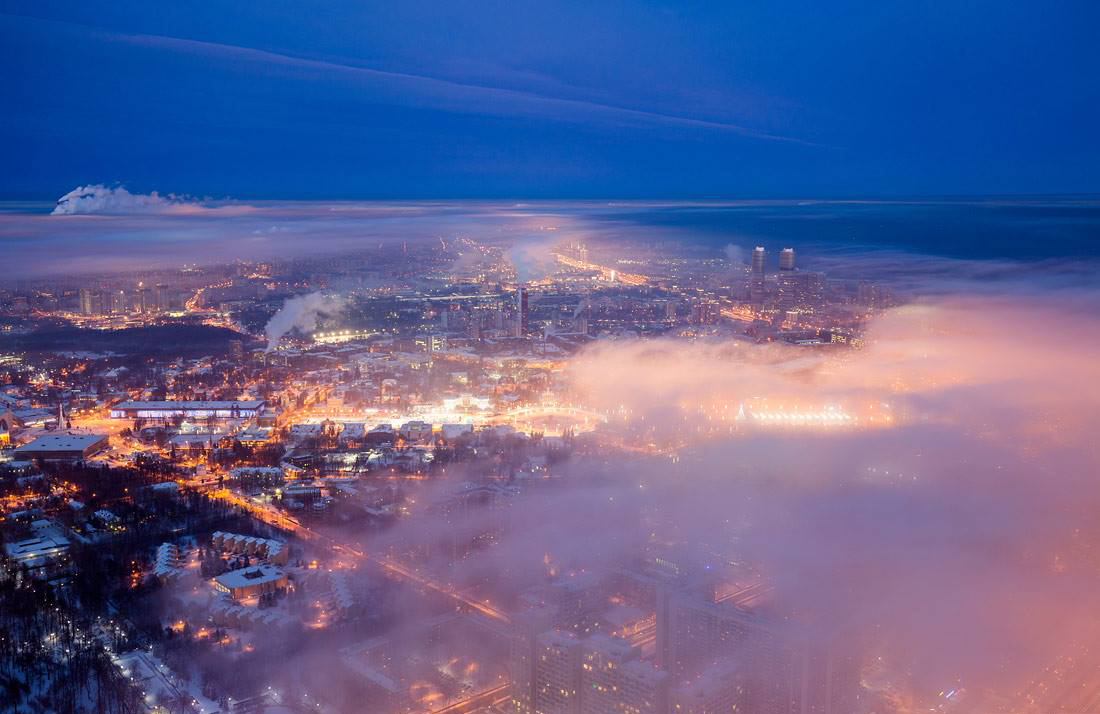 Uno scorcio della capitale si fa spazio tra le nuvole