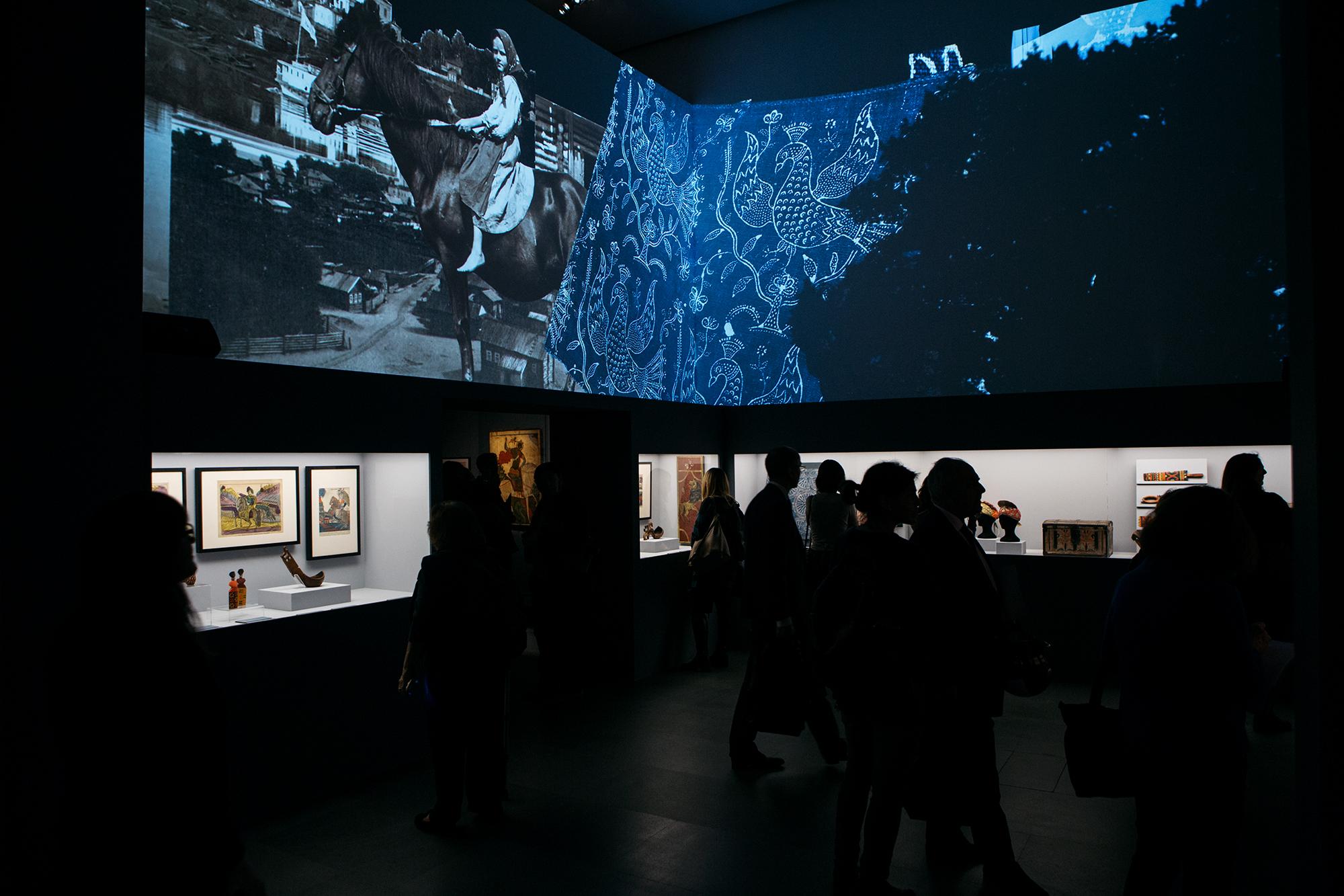 In mostra ci sono 49 opere e 85 tra icone, stampe popolari ed esempi di arte decorativa