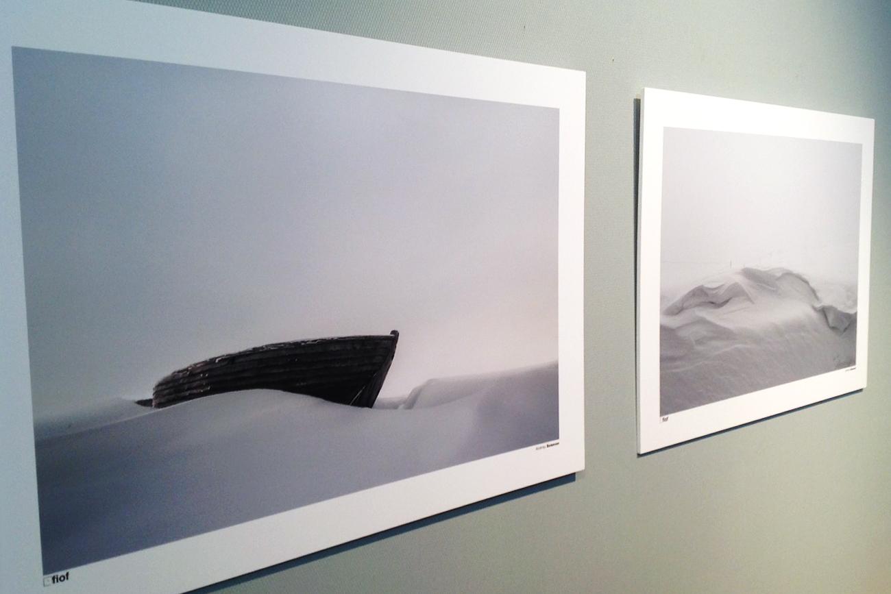 """""""Kola era la terra di ricchi produttori di pesca, una terra rigida per vivere. Ma adesso è in stato di abbandono"""", ha spiegato Semenov all'inaugurazione della mostra. Nato nel 1976 a Kostroma, Semenov ha vinto nel 2016 il primo premio all'""""international portfolio review"""" del Photovisa Festival"""