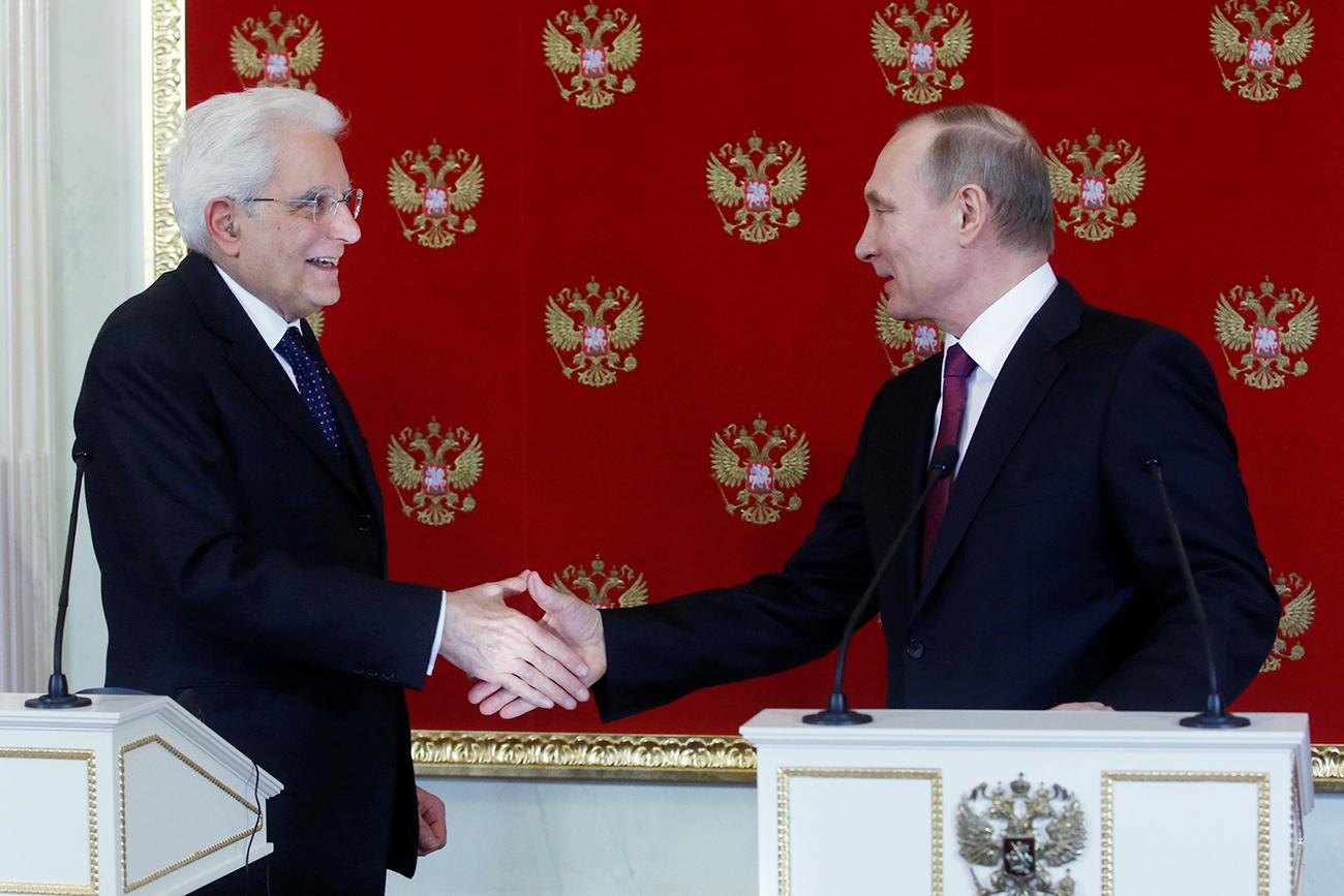 Il Presidente della Repubblica italiana Sergio Mattarella, a sinistra, stringe la mano al Presidente russo Vladimir Putin. Fonte: Reuters