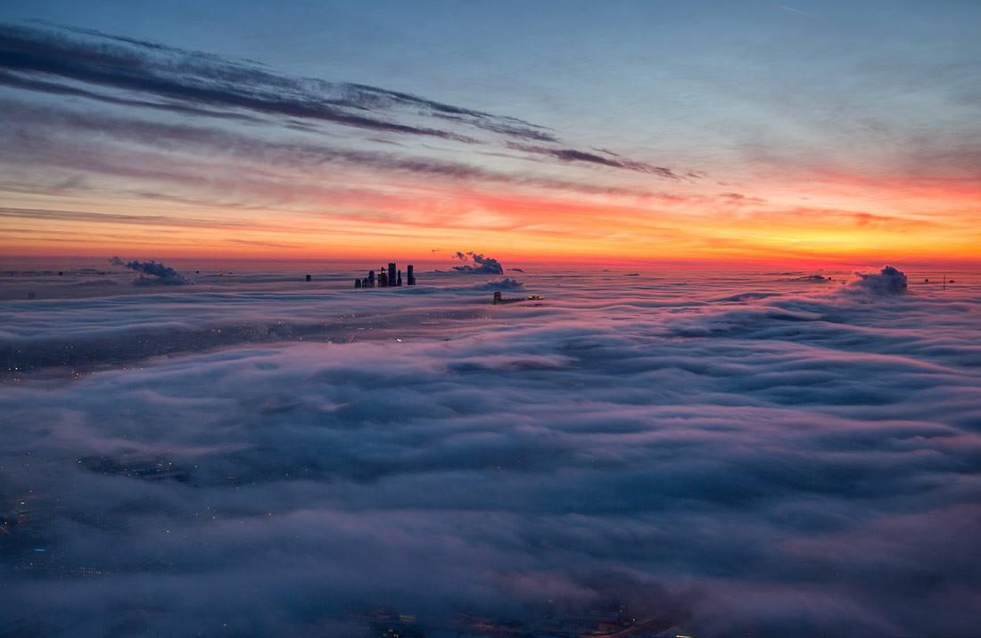 Le temperature gelide di inizio gennaio hanno ceduto il posto a masse d'aria più calde che hanno creato sopra la capitale dense nuvole bianche. Il fotografo Dmitrij Chistoprudov ha scattato suggestive fotografie di Mosca vista dall'alto. Sullo sfondo, Moscow City, il cuore finanziario della città