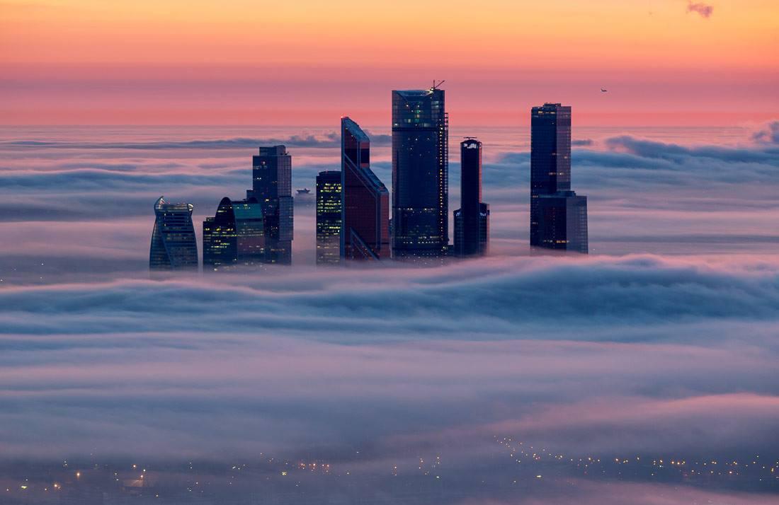I grattacieli di Moscow City avvolti dalle nuvole