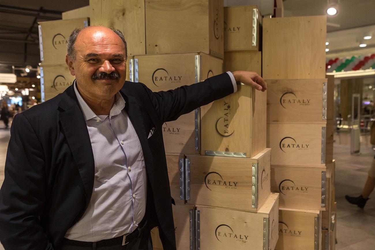 Il patron di Eataly, Oscar Farinetti, nel nuovo punto vendita inaugurato a Mosca. Fonte: Nigina Beroeva