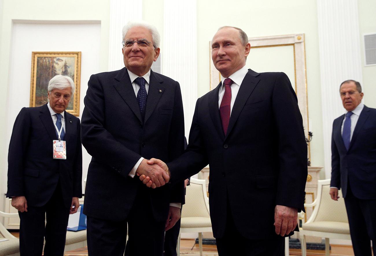Il Presidente della Repubblica italiana Sergio Mattarella, a sinistra, stringe la mano al Presidente russo Vladimir Putin.