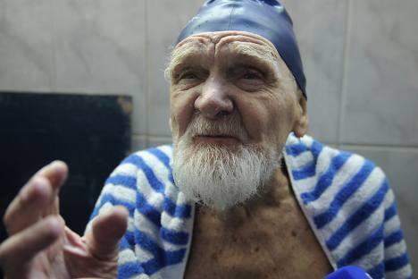 クラピヴィンさんは長寿に秘訣などないと考えている。毎朝6時に起床し、海に向かって走り、海で泳ぎ、海から走って帰宅するだけだという。=ミハイル・モルダスフ撮影