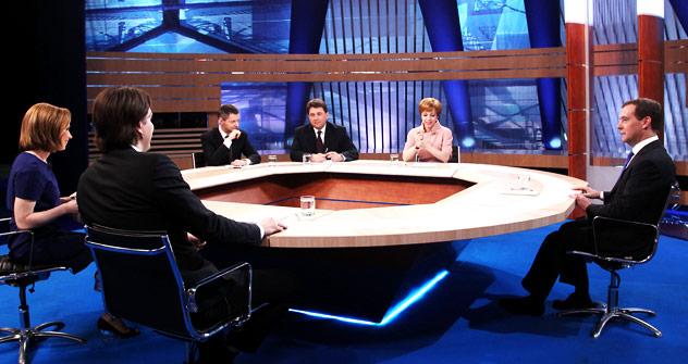 ロシアのドミトリー・メドベージェフ大統領が、アストラハンでのハンガーストライキ、フェミニスト集団「Pussy Riot」をめぐるスキャンダル、検閲、ホドルコフスキー事件やその他の政治問題について、テレビジャーナリストらと対話した。=タス通信撮影