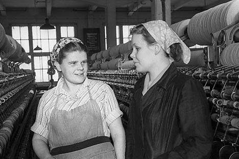 戦後、ソ連の女性たちは、生産現場でも采配を振るうことになった。(1956年、モスクワ州)=タス通信撮影