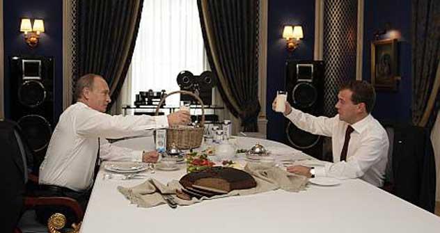 大統領公邸で牛乳を飲む、メドベージェフ現大統領とプーチン次期大統領。=タス通信撮影