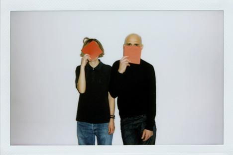 新世代の洋服デザイナー:ニーナ ・ ネレーチナさん(左)、ドーニス ・ プーピスさん(右)=タス通信撮影