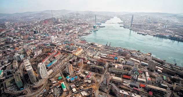 2006年のハノイ(ヴェトナム)・フォーラムで、ロシアの代表団は、2012年のサミットを太平洋に臨むロシアの都市ウラジオストクで開催するよう提案した。当初は市の中心部のいくつかの建物の改修が予定されていたが、一年後、その予定は、ウラジーミル・プーチン大統領の支持を得たはるかに費用のかかるルースキー島の建設プロジェクトに改められた。=アレクサンド・ヒツロフ撮影