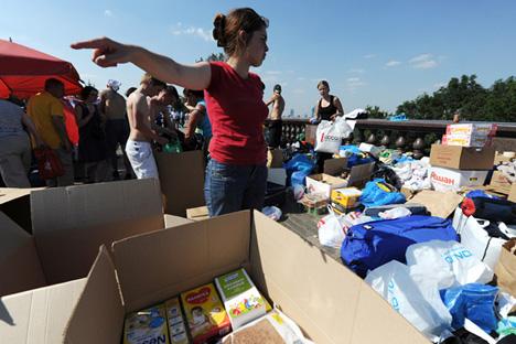 洪水被災者の救援ボランティア =AFP/EastNews通信撮影