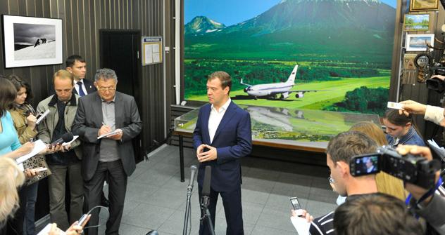 メドベージェフ首相は今月3日、極東連邦管区の視察の一環として、南千島諸島を訪問した。=タス通信撮影