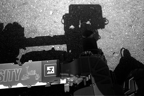 火星探査車「キュリオシティー」の火星表面の写真 =タス通信