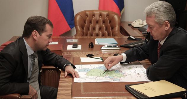 ドミトリ・メドベージェフ首相とモスクワ市長セルゲイ・ソビャニン =タス通信撮影