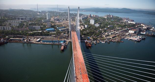 ルースキー島(向こう側)とウラジオストク市内をつなぐ連絡橋 =AFP/EastNews撮影
