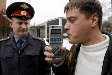 血中アルコール濃度0.2パーミル以下は、飲酒運転に該当しないという最小許容濃度の設定に対して断固反対し、0パーミルしか認められないとしてきたが、法案作成者らとの会合で、その考えが揺らいだ =タス通信撮影