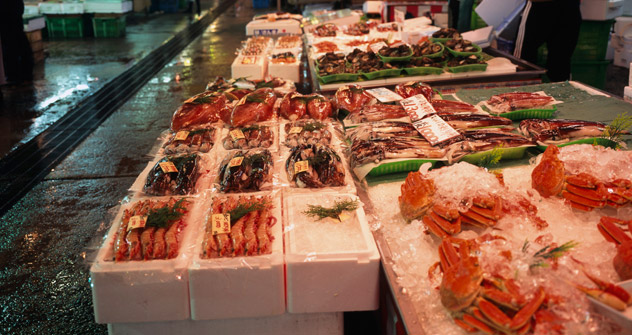 日本の漁港に密漁されたロシアのカニが依然として大量に水揚げされている。=タス通信撮影