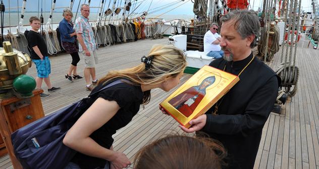 聖職者と医師が命の教会船で村々を救う =PhotoXPress撮影
