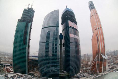 モスクワ国際金融センター(モスクワ・シティ)に建設中のマーキュリー・シティー・タワー(右) =Vostock-Photo/ロイター通信撮影
