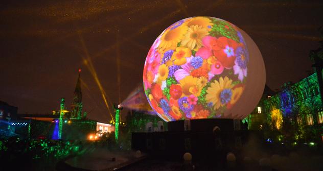 レーザー光線が交錯した国際光のフェスティバル 「光の環」 =タス通信撮影