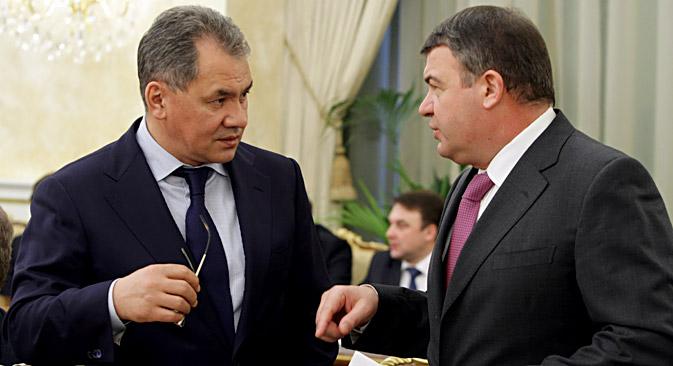 セルゲイ・ショイグ(左)とアナトーリ・セルジュコフ(右) =アレクセイ・ニコリスキー/ロシア通信撮影