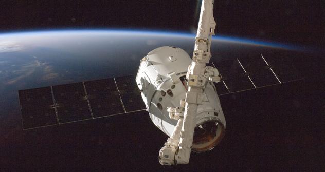 アメリカのスペースX社が開発した無人補給船「ドラゴン」 =AP通信撮影