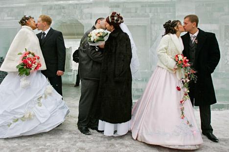 2012年12月12日は、年月日の数字が3つそろう日で、記録的な結婚ラッシュとなった=AP通信撮影