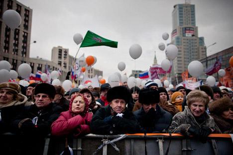 12月24日、モスクワ都心のサハロフ・アカデミー会員大通りでのデモに集結したモスクワ市民=マックス・アブデエフ撮影