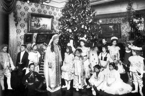 ヨールカの下に置かれたプレゼントは招かれた子供たち全員に配られ、ヨールカに吊るされたお菓子、ブリキの兵隊、果物、ナッツは、文字謎や綴り換えといったゲームの賞品となった。=RGAKFD/Rosinform/コメルサント紙撮影