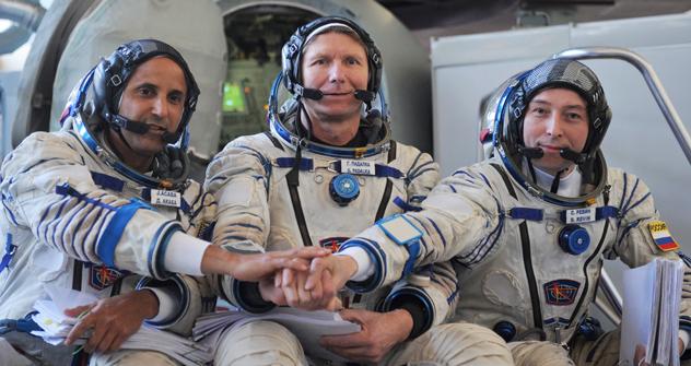 ISSの宇宙飛行士:ジョゼフ・アカバ(米国)、ゲンアジー・パダルカとセルゲイ・レビン(ロシア) =ロシア通信撮影