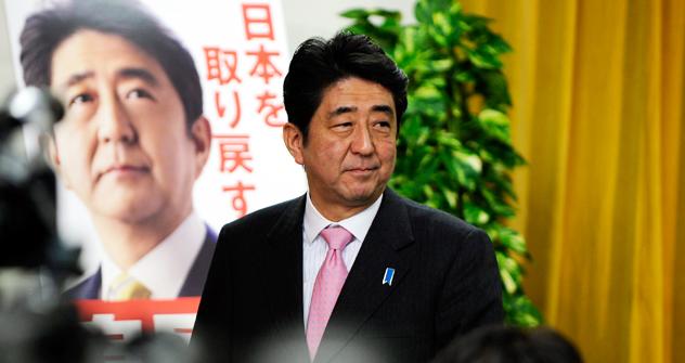 記者会見する自民党の安倍晋三総裁。=タス通信撮影