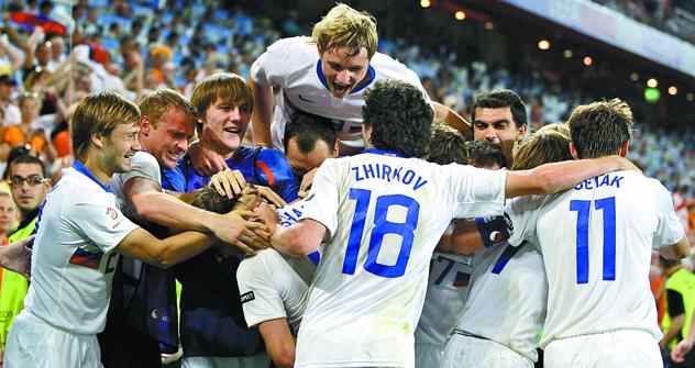 「UEFA欧州選手権2008」の準々決勝オランダ戦で駄目押しの3点目を挙げたアンドレイ・アルシャビンと喜び合う選手たち =AP撮影