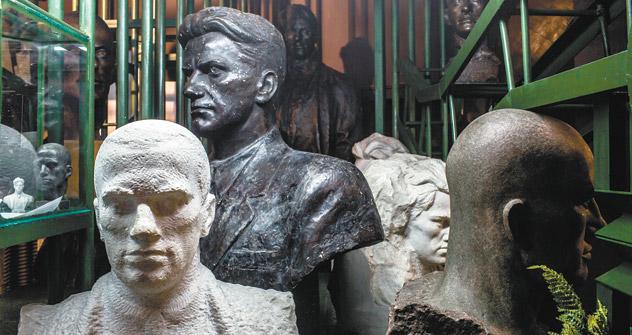 マヤコフスキー博物館の展示は硝子張りの陳列棚と展示品というおなじみの展示ではなく、舞台装置を思わせる。同館のメモリアル・ステップはマヤコフスキーが自ら命を絶った部屋へと通じている。=M・アブデエフ撮影