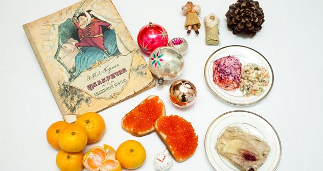 左下:みかん、中央下:イクラのオープンサンド、右下:魚の煮こごり、左上:シューバ(毛皮のコート)を纏ったニシン、右上:サラダ「オリヴィエ」=キリル・ラグツコ撮影