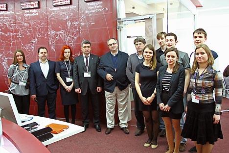日露ビジネス関係者と「ロシアNOW」のスタッフとの記念写真