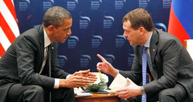 メドベージェフ露大統領がバラク・オバマ米大統領と会談した=AP撮影