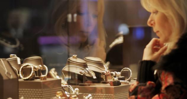 宝石店のショーウインドーをうかがい見る女性 =Vostock/ロイタ通信撮影