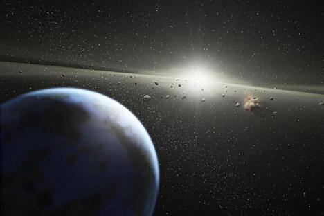 小惑星アポフィスは、2029年4月13日には、地表からおよそ32,500kmの地点を通過すると予測されており、2036年から2013年の間にも、地球に6回ほど接近し、衝突する可能性がわずかながらある。=AFP/East News撮影