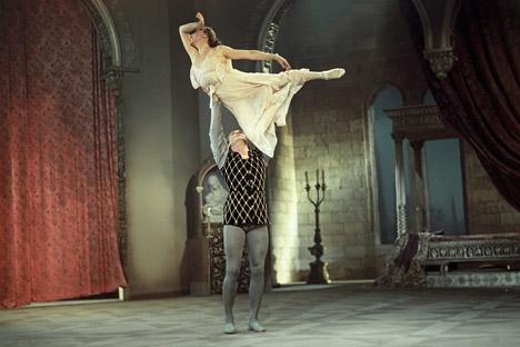 ジュリエット役は名プリマ、ガリーナ・ウラノワ、ロメオはコンスタンチン・セルゲーエフが踊った。ウラノワにとってジュリエットは代表作のひとつとなる。=ロシア通信撮影