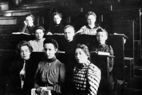 1878年、サンクトペテルブルクに、ロシア初の女子大学である「ベストゥージェフ女学院」が開校したが、男子の高等教育機関と法的に対等ではなかった。